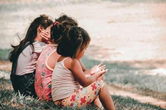 Dziecko zachowuje się źle – co to znaczy i czy warto wtedy przytulać?